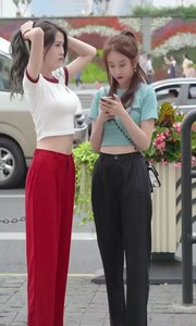 我的好姐妹!穿红裤子的是姐姐,黑裤子的是妹妹!给你选择你要哪个????