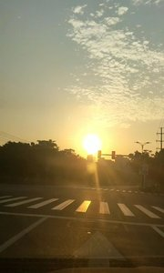 路上還沒多少人,迎著剛升起的太陽就出門了?