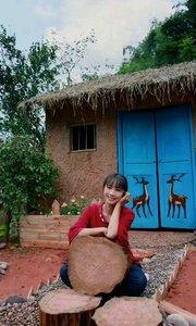 世外桃源山中藏, 一山一人一村庄。 绿水青山歌声扬, 自由自在心舒畅。