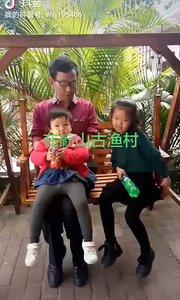 书画家王叔钧先生和自己的两个孙子在广西防城港簕山古渔村旅游度假