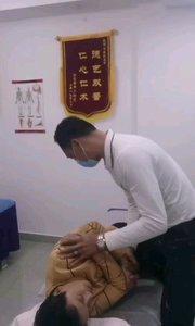 这位患者工作量比较大,不小心腰闪了。疼痛难忍,经过整骨立马见效???