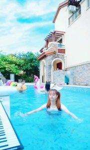 妹妹游泳游的挺好。