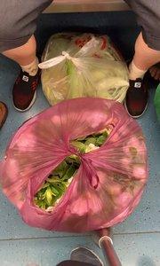 一进地铁就闻到花香的味道,原来这里放了两袋栀子花!