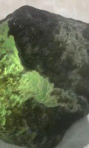 重量320克,莫西沙脱沙高冰玻璃种,【嘀~】砂,压灯不见裂,种老肉细,起胶感,荧光杠味冰感十足,整个料子都已熟透,?️肉,尺寸6.8/5.5/4.5cm