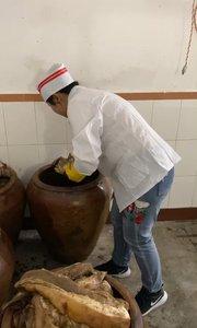 贵州腊肉腌制过程的翻缸过程