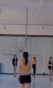 我们的宝妈班,一个班几乎都是宝妈了,可能你们会发现,很多胖妹纸,宝妈都在学钢管,不了解钢管的人会觉得很难,其实钢管是很快就可以速成的,比大部分的舞蹈都简单,你看起来的难都是需要技巧去做的,而不是真的难,而钢管舞是所有舞蹈当中减肥、塑形效果最快最好的舞种,又能减肥塑形,还可以提升气质,增加你的女性魅力,当然是辣妈们的最爱啦