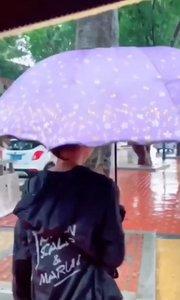 终于下雨了,天气突然变得好冷,岀门在外工作的你,要注意保暖哦?!