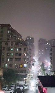 狂风暴雨电闪雷鸣的!