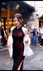 丽江古城偶遇小姐姐。#春暖中国