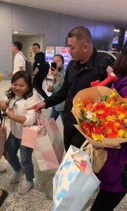 王丽坤人气火爆,被粉丝围观拥挤难行!