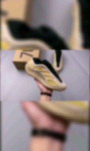 """#椰子700 V3 异形 黄白色 Yeezy 700 V3 """"Azael"""" 抢先释出整体设计上与前两代鞋型完全不同,整个鞋面的线条更加简洁圆润,由复古老爹鞋转变为科幻前卫风格"""