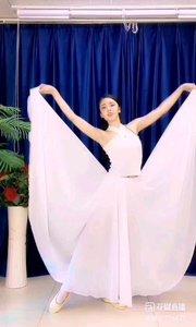 @✨火爆猴? #性感不腻的热舞 洁白的衣裙,仿佛一片白云,把人的心灵带去了那浩瀚星空,这就是舞者的魅力吗?