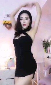 #性感不腻的热舞 #爱跳舞的我最美  @এ珞熙 超性感的迷你黑色包身裙,在转身的刹那那露出的美背简直让人眼睛发直,不由跟着转动