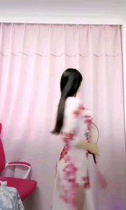 #我怎么这么好看  @9迷人 一袭花色旗袍,充分体现了女人的风姿绰约,体态婀娜