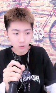 #花椒音乐人  @沙雕小杨 超可爱的小哥哥,有些小腼腆,简直太萌了