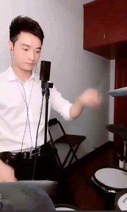 """#花椒音乐人  @应学明 乍一看还以为是""""黄教主""""敲的这个鼓呢,听到这个音乐就是满满的回忆杀"""