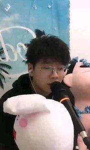 #花椒音乐人 #主播的高光时刻  @薛三岁??? 被这个笑容俘虏了,还有这个玩偶是不是太可爱了