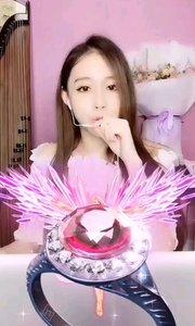 #弹唱最治愈  大哥们总是对人美声音甜的女神@李蔓乐 有更多的喜爱
