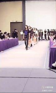 2021-03-05.15:05 @花椒娱乐  〖AW21中国国际时装周〗。又一年的春天,打拼的时节降临,2021年秋冬中国国际时装周,模特面试的第一天,一排望去,都是腿。。。1米4的大长腿配高跟,这角度画面酷帅绝了?~  #谁还没有大长腿了  #AW21中国国际时装周  #3月你好  #我工作我快乐  #回忆总是最美  #颜即是正义