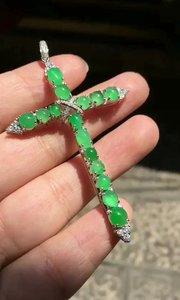缅甸翡翠 冰绿十字架吊坠,完美无纹裂,饱满水头好,太阳下拍得干了,实物更漂亮[勾引][勾引][勾引]