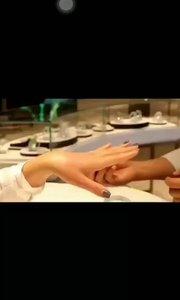 佩戴手镯不一定是手镯,圈口大小不合适[调皮]有可能是你佩戴手镯方法不对[调皮]正确的佩戴手镯方法如下图? ? ?