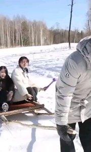 雪天路滑,出行注意 @甜桃兔丸子#搞笑视频#搞笑是刚需 #又嗨又野在玩乐 #2020巅峰之战