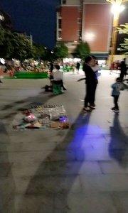 #又嗨又野在玩乐 今天天晴,晚上广场上面人好多,跳舞,