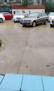 #又嗨又野在玩乐 今天下了一跳的雨了,暴雨啊,