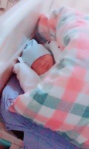 儿子出生第四天,睡的真香!