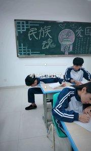 考试途中,学生突然吐了,惹得同学们侧目