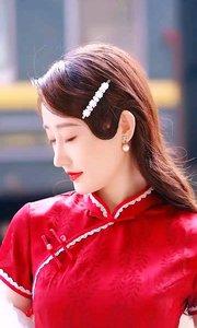 旗袍着身,饱和性强,既有东方传统韵味儿,又有时尚潮流元素。