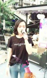 @花椒热点 一首《心有独钟》由中国香港男歌手陈晓东演唱,洪尧斌作词作曲。@ 音乐频道主编    @?Pisces·秒秒 将这首歌演唱的跌宕起伏,扣人心弦。 @?Pisces·秒秒 在花椒直播平台近一年时间,这首《心有独钟》经常在直播间演唱,每次听到都会让人感动,一首好的歌曲需要好的歌手去演绎。 @?Pisces·秒秒 她做到了,希望大家也能喜欢这首歌。
