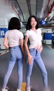 今天邀请网红舞蹈达人双胞胎美女跳一段最近挺火爆的慢摇舞送给大家,会跳的扭起来,喜欢的朋友点赞关注,谢谢大家支持❤️❤️??