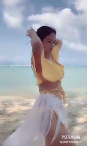 欣颐和依然海滩性感热舞,配合完美?