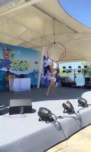 #性感不腻的热舞 #户外动起来 #小P钢管舞 @小P?钢管舞 水上世界吊环舞表演1,超级好看?