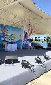 #性感不腻的热舞 #户外动起来 #小P钢管舞  @小P?钢管舞 水上世界吊环舞表演2,超级好看?