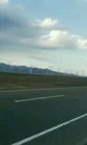 #花椒星闻 @花椒热点  花椒优秀户外骑行主播@最远骑徒 第二次单车骑行新疆。今天骑行到新疆百里风区,这里随处可见风力发电风车,疆土辽阔,无边无际,这里风好大,卷着天空的积云。@最远骑徒 单车上载的东西很多,晚上就睡在路边的桥洞里避风、避雨,条件虽然艰苦,但是@最远骑徒 不忘初心,再次骑行新疆,挑战各种极限。动力是大家的一直支持与热心关注。❤ 目前天渐渐黑下来,@最远骑徒 距离目的地还有20多公里,都是上坡路,正在直播中。。。  41报道   花椒户外优秀骑行主播@最远骑徒 再次单车骑行踏足新疆百里风区打