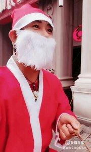 """#花椒星闻 #圣诞快乐呀 @花椒热点 @樊飞行【主播】  快看圣诞老人耶! 户外艺人主播@樊飞行【主播】 总能带给宝宝们惊喜,今天圣诞节,@樊飞行【主播】 用心打扮驾着自己的""""飞车""""出现在步行街,无疑给现场的大家增添了过节气氛。节日就应该有仪式感,是不是?其实我想说@樊飞行【主播】 倘若背个口袋就更棒了!是不是出来着急,把口袋忘了或者路上被围观的小朋友抢跑了?? 要什么自行车啊!圣诞节有圣诞老人出现宝宝们已经很知足了,是不是? 太有心了@樊飞行【主播】 感恩你的分享,今天能看到这样的你很开心!❤圣诞快乐~"""