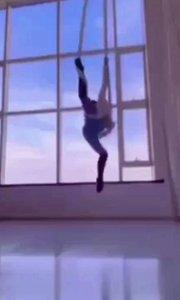 #花椒星闻 #搞笑是刚需 #生活明朗万物可爱 @花椒热点 @天蝎柒跳舞  生活明朗,万物可爱,闪耀新星4强空中舞精灵@天蝎柒跳舞 刚刚更新动态,一段空中舞短视频展示了最美给我们,一起欣赏…… 最熟悉最喜欢的指弹旋律,最喜欢的舞者@天蝎柒跳舞 演绎着女性最柔美动人的空中舞姿,让人心神荡漾,沉醉其中,无法自拔。喜欢其实很简单,爱了也是。。。 @天蝎柒跳舞 :喜欢就跟我讲,我又不是不负责,嘿嘿? 喜欢就去@天蝎柒跳舞 动态留言吧,简单粗暴的表达喜爱方式是去直播间刷礼物,@天蝎柒跳舞 承诺过,会负责的。干就完了!