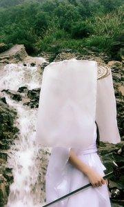 """""""泉涸,鱼相与处于陆,相呴以湿,相濡以沫,不如相忘于江湖。与其誉尧而非桀也,不如两忘而化其道。"""""""