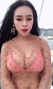 美女在游艇
