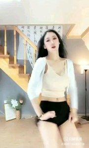 #性感不腻的热舞 @Is真熙x 再简单的家居服也能穿出一种性感美,跟上她的节奏一起动起来,浑身是否已经充满了动力~