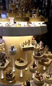 你會發現很多成年人走進這個店,然后呆呆的看著這個童話世界????????