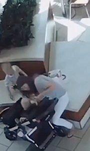 视频中的警员学习过急救知识,关键时刻拯救了一条幼小的生命