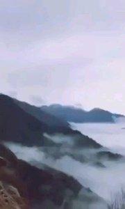 天岳云海  巢湘平  云飞如浪赶, 雾动似波翻。 大景生天岳, 风烟起跳峦。