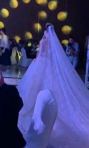 新郎紧急接到手术赶去医院了!新娘一人坚持完成婚礼!我们祝他们幸福吧……