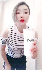 #秋天的第一杯奶茶 #我是人间芭比 #秋天ootd #当代年轻人现状 #颜即是正义 #一字马 秋天的第一杯奶茶我来告诉你是什么梗?