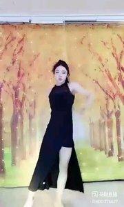 """#花椒星闻 #性感不腻的热舞 #今天直播穿点啥 #主播的高光时刻 #我怎么这么好看 @✨火爆猴?          一场秋雨一场寒,下了几场雨后气温快速降到了十来度,这真是快步入秋。@✨火爆猴? 今晚舞蹈是""""秋的主题""""。小舞台小背景@✨火爆猴? 也是很在意的,今晚换上迷人的金黄银杏。一曲""""秋天不回来""""仿佛进入秋天的寒冷和忧伤           就让秋风带走我的思念           带走我的泪           我还一直静静守候在           相约的地点           求求老天淋湿我的"""