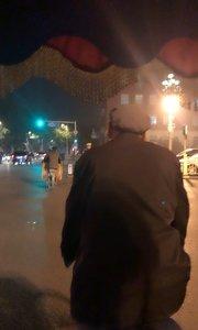 无意间坐了一次人力车,也算是老北京的特色~黄包车吧!请大家猜一下老大爷的年龄……
