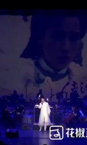 致敬金庸,经典影视作品音乐会【侠之大者】,在北京举行。 @弹琴唱情歌快嘴 与@霍尊 等多位明星同台献唱。 看视频,来感受